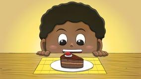 Μαύρο αγόρι που εξετάζει τη φέτα κέικ Στοκ Φωτογραφία