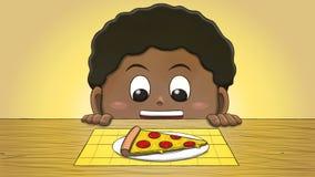 Μαύρο αγόρι που εξετάζει τη φέτα πιτσών Στοκ φωτογραφία με δικαίωμα ελεύθερης χρήσης