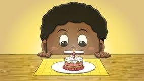 Μαύρο αγόρι που εξετάζει το μίνι κέικ γενεθλίων Στοκ Εικόνες