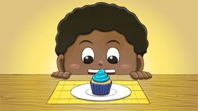 Μαύρο αγόρι που εξετάζει Cupcake Στοκ εικόνα με δικαίωμα ελεύθερης χρήσης