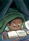 Μαύρο αγόρι που κρύβει κάτω από τη γενική ανάγνωση ένα βιβλίο εικόνων Στοκ εικόνα με δικαίωμα ελεύθερης χρήσης