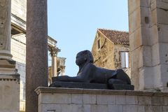 Μαύρο αιγυπτιακό Sphinx στο παλάτι Diocletian ` s, διάσπαση, Κροατία Στοκ Φωτογραφία