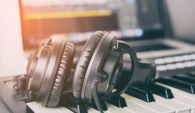 Μαύρο ακουστικό στούντιο μουσικής που βρίσκεται στο πληκτρολόγιο μουσικής Στοκ φωτογραφίες με δικαίωμα ελεύθερης χρήσης