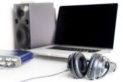 Μαύρο ακουστικό στούντιο μουσικής στο στούντιο μουσικής Στοκ εικόνα με δικαίωμα ελεύθερης χρήσης