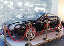 Μαύρο ακριβό αυτοκίνητο ως βραβεία μιας δώρων λοταρίας Στοκ φωτογραφία με δικαίωμα ελεύθερης χρήσης