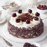 Μαύρο δασικό κέικ, πίτα Schwarzwald, σκοτεινά σοκολάτα και επιδόρπιο κερασιών σε ένα άσπρο ξύλινο υπόβαθρο Στοκ Φωτογραφίες