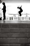μαύρο αστικό λευκό skateboarders Στοκ εικόνα με δικαίωμα ελεύθερης χρήσης