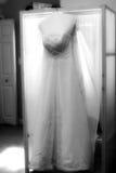 μαύρο γαμήλιο λευκό εσθήτων Στοκ Φωτογραφίες