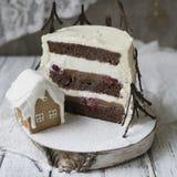 Μαύρο δασικό κέικ, πίτα Schwarzwald, σκοτεινά σοκολάτα και επιδόρπιο κερασιών στο ξύλινο υπόβαθρο Νέο κέικ έτους ή Χριστουγέννων, στοκ εικόνα
