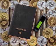 Μαύρο διαβατήριο, υπόβαθρο νομισμάτων μετάλλων τα δολάρια ανασκόπησης μας απομόνωσαν λευκούς νομίσματα μετάλλων Χρυσό ασημένιο bi Στοκ φωτογραφίες με δικαίωμα ελεύθερης χρήσης