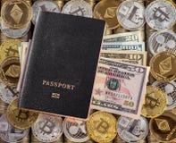 Μαύρο διαβατήριο, υπόβαθρο νομισμάτων μετάλλων τα δολάρια ανασκόπησης μας απομόνωσαν λευκούς νομίσματα μετάλλων Χρυσό ασημένιο bi Στοκ φωτογραφία με δικαίωμα ελεύθερης χρήσης