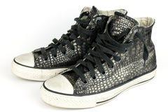 Μαύρο εκλεκτής ποιότητας δέρμα κροκοδείλων παπουτσιών, μπότες Στοκ Φωτογραφίες