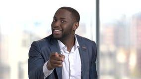 Μαύρο επιχειρηματιών Displeased με το δάχτυλο απόθεμα βίντεο