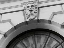 Μαύρο λευκό οικοδόμησης προσώπου ατόμων arcade Στοκ εικόνες με δικαίωμα ελεύθερης χρήσης