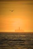 μαύρο λευκό σκίτσων πλατφορμών άντλησης πετρελαίου ανασκόπησης Στοκ εικόνες με δικαίωμα ελεύθερης χρήσης