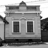 μαύρο λευκό Χαρακτηριστικό σπίτι στο χωριό Codlea, Τρανσυλβανία, Ρουμανία Στοκ εικόνες με δικαίωμα ελεύθερης χρήσης