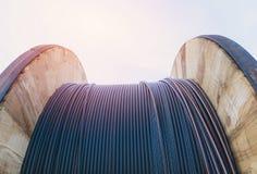 Μαύρο ηλεκτρικό καλώδιο καλωδίων με την ξύλινη σπείρα του ηλεκτρικού καλωδίου Στοκ φωτογραφία με δικαίωμα ελεύθερης χρήσης