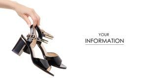 Μαύρο θηλυκό παπουτσιών σχέδιο χεριών σανδαλιών διαθέσιμο Στοκ εικόνες με δικαίωμα ελεύθερης χρήσης