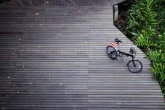 Μαύρο διπλώνοντας ποδήλατο στην ξύλινη γέφυρα Στοκ Εικόνα