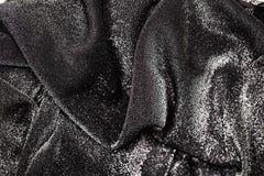 Μαύρο και ασημένιο υπόβαθρο του εορταστικού υλικού με τις κυματιστές πτυχές στοκ φωτογραφία με δικαίωμα ελεύθερης χρήσης