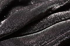 Μαύρο και ασημένιο υπόβαθρο του εορταστικού υλικού με τις κυματιστές πτυχές στοκ εικόνες