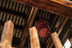 Μαύρο και κόκκινο φανάρι στο ναό στοκ εικόνα με δικαίωμα ελεύθερης χρήσης