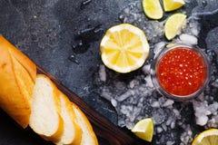 Μαύρο και κόκκινο χαβιάρι στα κύπελλα γυαλιού στον πάγο στο μαύρο backgrou Στοκ φωτογραφία με δικαίωμα ελεύθερης χρήσης