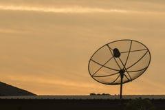 Μαύρο και σκοτεινό δορυφορικό υπόβαθρο ουρανού πιάτων gokd στη στέγη Στοκ Εικόνες