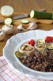 Μαύρο καναδικό ρύζι που εξυπηρετείται με τα μανιτάρια, τις ντομάτες, τη μελιτζάνα και τα κολοκύθια Στοκ εικόνα με δικαίωμα ελεύθερης χρήσης