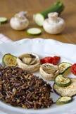 Μαύρο καναδικό ρύζι που εξυπηρετείται με τα μανιτάρια, τις ντομάτες, τη μελιτζάνα και τα κολοκύθια Στοκ Εικόνες