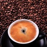 Μαύρο καφέ υπόβαθρο φασολιών κινηματογραφήσεων σε πρώτο πλάνο espresso φλυτζανιών καυτό Στοκ Φωτογραφίες