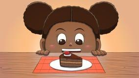 Μαύρο κορίτσι που εξετάζει τη φέτα κέικ Στοκ φωτογραφία με δικαίωμα ελεύθερης χρήσης