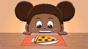 Μαύρο κορίτσι που εξετάζει τη φέτα πιτσών Στοκ Εικόνα