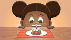 Μαύρο κορίτσι που εξετάζει το μίνι κέικ γενεθλίων Στοκ φωτογραφίες με δικαίωμα ελεύθερης χρήσης