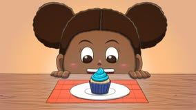 Μαύρο κορίτσι που εξετάζει Cupcake Στοκ εικόνες με δικαίωμα ελεύθερης χρήσης