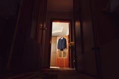 Μαύρο κοστούμι στην πόρτα Στοκ φωτογραφία με δικαίωμα ελεύθερης χρήσης