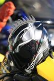 Μαύρο κράνος μοτοσικλετών με τη διακοσμητική πλαστική χτένα στοκ εικόνες