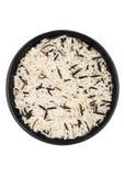 Μαύρο κύπελλο του ακατέργαστου οργανικού basmati μεγάλων κόκκων και άγριου ρυζιού στο άσπρο υπόβαθρο r στοκ φωτογραφία με δικαίωμα ελεύθερης χρήσης