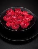 Μαύρο κύπελλο με τα τριαντάφυλλα Στοκ εικόνες με δικαίωμα ελεύθερης χρήσης