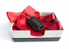Μαύρο κλειδί αυτοκινήτων σε ένα παρόν κιβώτιο στοκ εικόνα με δικαίωμα ελεύθερης χρήσης