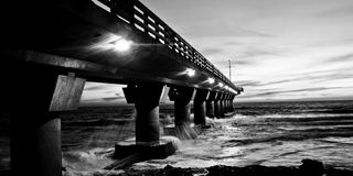 μαύρο λευκό αποβαθρών Στοκ φωτογραφία με δικαίωμα ελεύθερης χρήσης