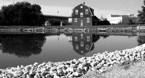 μαύρο λευκό σπιτιών γεφυ&rho Στοκ φωτογραφία με δικαίωμα ελεύθερης χρήσης