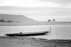 μαύρο λευκό τόνου ακτών λιμνών αλιείας βαρκών Στοκ Φωτογραφίες