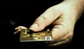 μαύρο λευκό φωτογραφιών πιστωτικών χεριών καρτών στοκ εικόνες