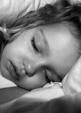 μαύρο λευκό ύπνου κοριτσ& Στοκ Εικόνα