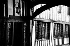 μαύρο λευκό tudor οικοδόμησης Στοκ εικόνα με δικαίωμα ελεύθερης χρήσης