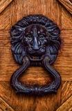 μαύρο λιοντάρι ρόπτρων πορτώ&n στοκ εικόνα