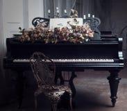 μαύρο μεγάλο πιάνο στο εσωτερικό Στοκ Εικόνες