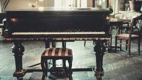 μαύρο μεγάλο πιάνο στο εσωτερικό Στοκ Φωτογραφίες