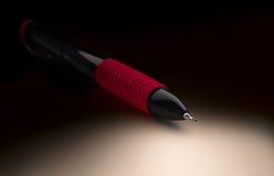 Μαύρο μηχανικό μολύβι με το κόκκινο μαλακό πιάσιμο στοκ εικόνα